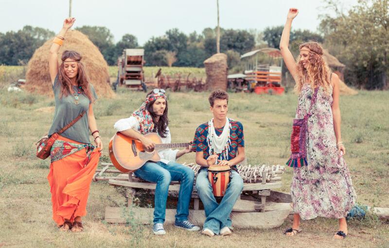 Der Einfluss der Hippies ist unverkennbar: Blumen und Wallekleider sind auch im Boho-Stil angesagt. (© Thinkstock)
