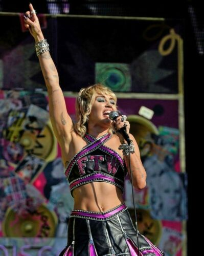 Miley Cyrus Unsigned 8x10 Photo (Y)