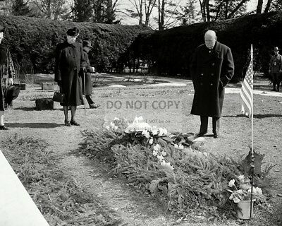 Winston Churchill Visits The Grave Of Franklin D  Roosevelt  8X10 Photo  Ab 511