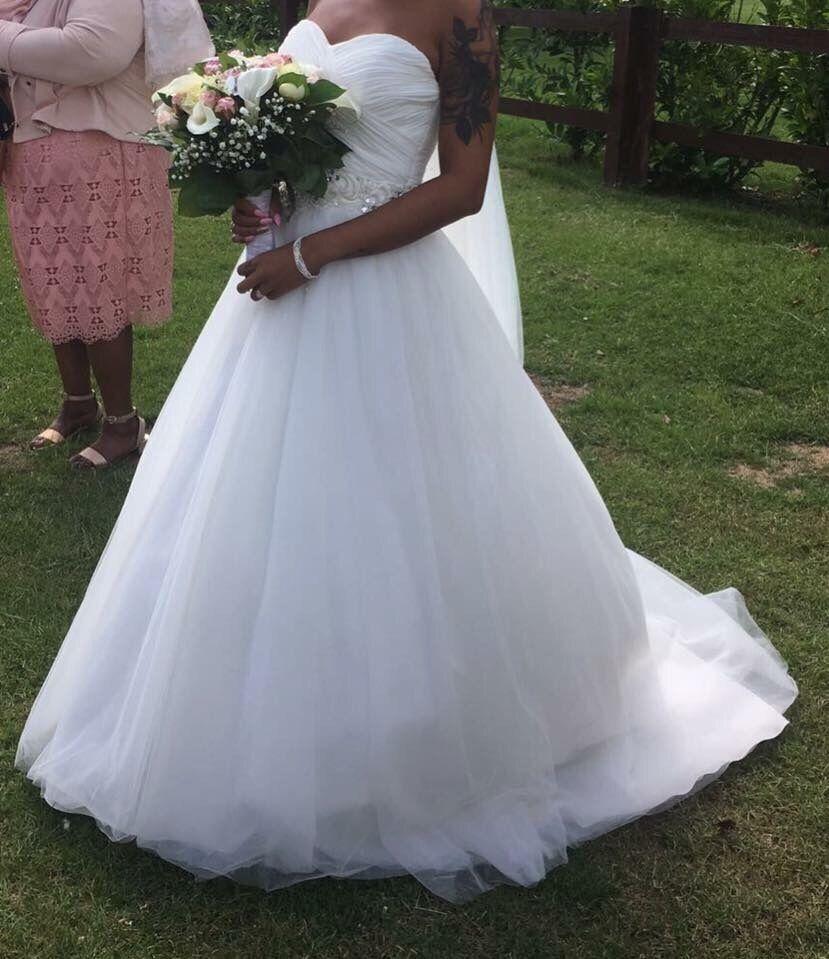 Wedding dress size 8 10in Purfleet, EssexGumtree - Wedding dress sweetheart neckline, Aline, very good condition. Jewelled waistline, zip and button back
