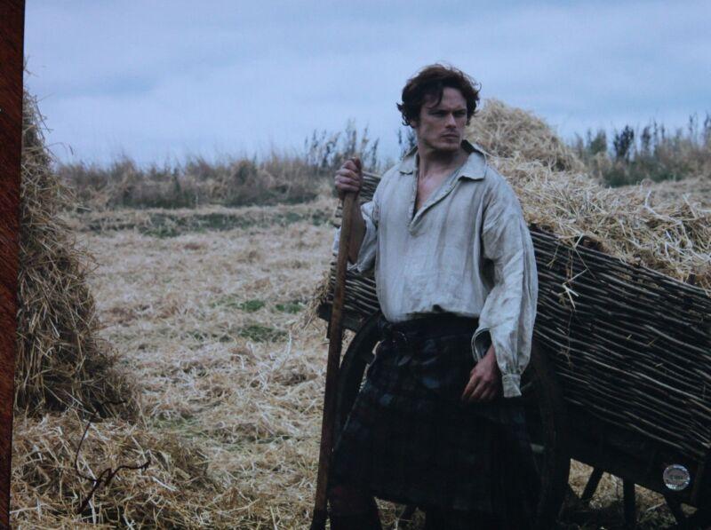 GFA Outlander Series Jamie * SAM HEUGHAN * Signed 11x14 Photo MH1 COA