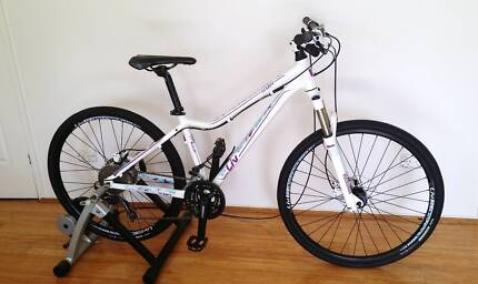 Bike GIANT LIV TEMPT 2 White as new with extras
