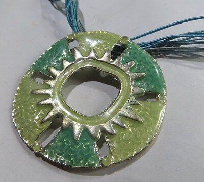 Collier ras du cou de 10 cordelettes turquoise avec disque en métal plaqué argen