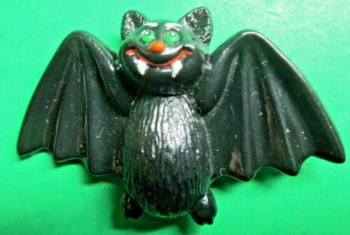 VINTAGE RUSS GREEN-EYES WHITE FANGS BLACK VAMPIRE BAT HALLOWEEN LAPEL PIN (H308)