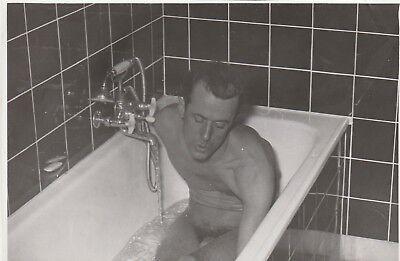 Foto Hübscher Mann nackt in der Badewanne sexy Nude 50er Jahre