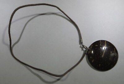 Collier de cordelette brune ras du cou  avec un pendentif en écorce laquée brune