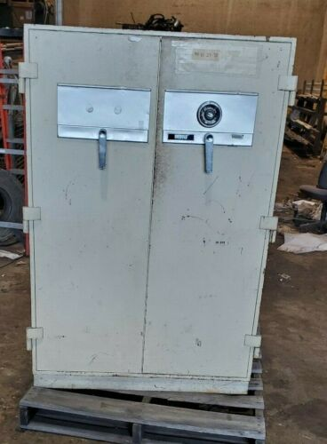 LARGE DIEBULD DOUBLE DOOR INDUSTRIAL FLOOR SAFE BUSINESS VAULT/GUN SAFE