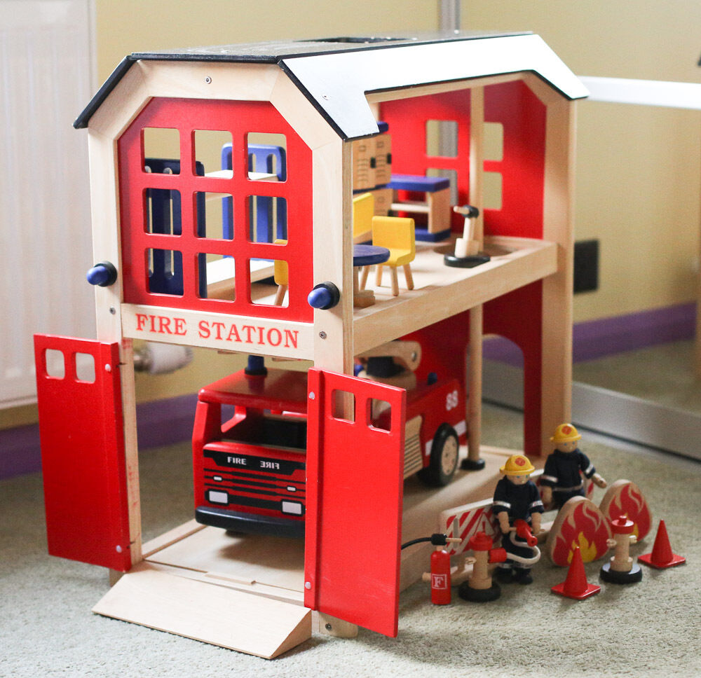 Pintoy Wooden Fire Station Men And Fire Engine In