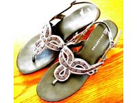 MARKS & SPENCER GREY/SILVER TOE POST SANDALS. SIZE 5.5.