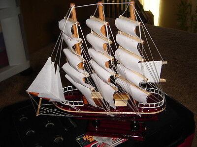 手工制作的木制帆船模型