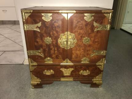 Chinese cabinet impeccable condition and beautiful design