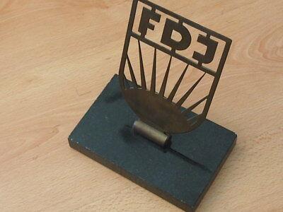 Ehrengeschenk DDR FDJ Schreibtischobjekt Messing FDJ auf Marmorsockel