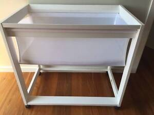 King Parrot Bassinet (white) Woonona Wollongong Area Preview