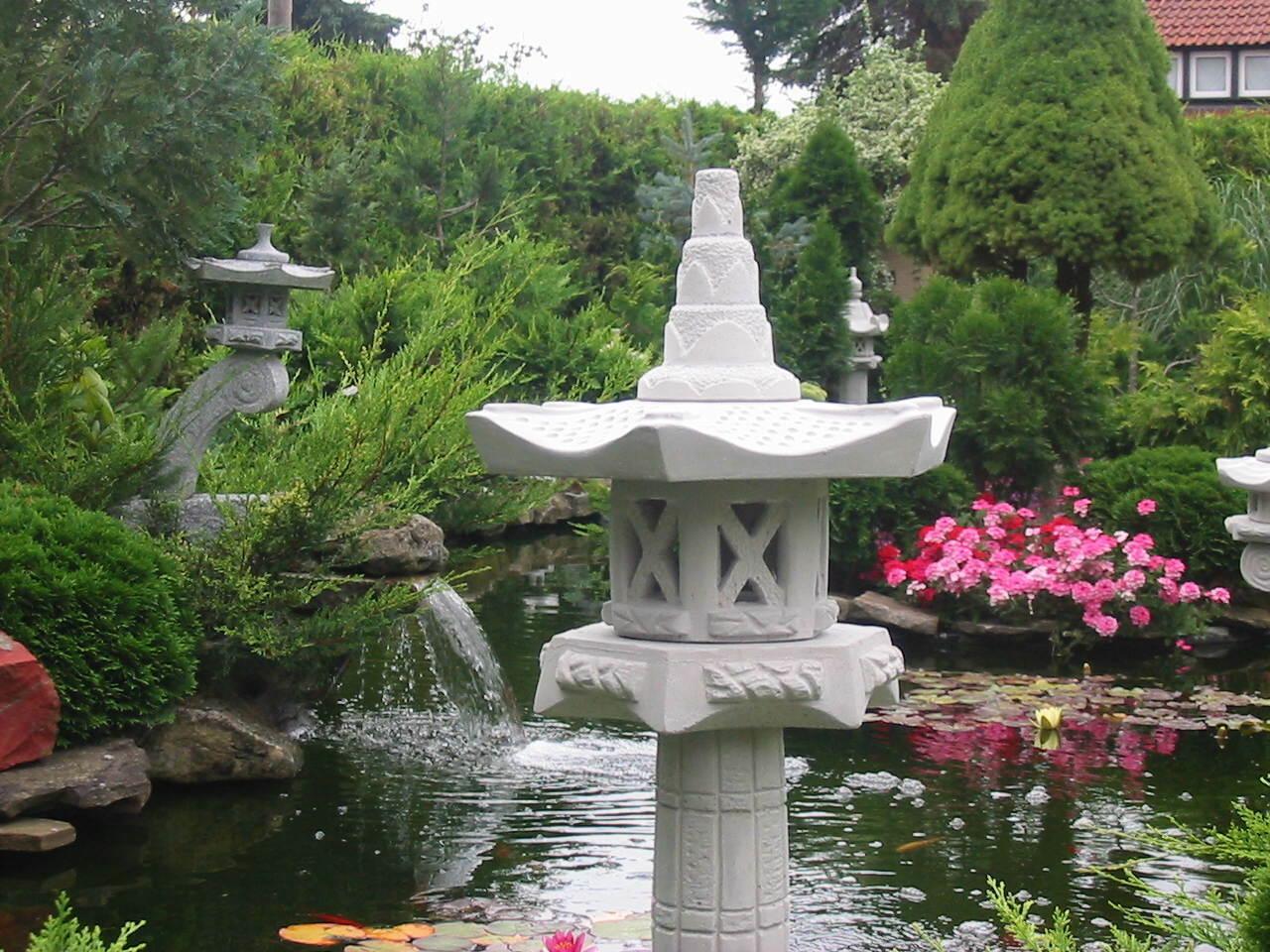 Sehr große massive Tachi-Gata japanische Steinlaterne aus Steinguss frostfest