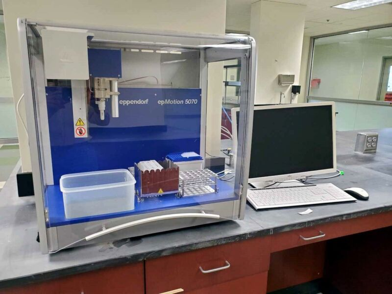 EXCELLENT EPPENDORF epMotion 5070 LIQUID HANDLER/AUTOMATIC PIPETTER SYSTEM