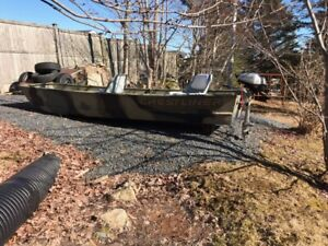 12 foot  aluminum boat like new with seats and new 4 stroke
