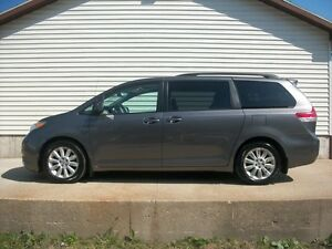2011 Toyota Sienna XLE WITH LEATHER BEAUTIFUL VAN