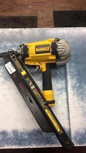 Cloueuse à charpente de marque Dewalt modèle D51825 en superbe condition pour la vente Z007827