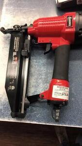 Magnifique cloueuse de finition de marque Husky modèle XKKC64, comme neuf pour seulement 79.99$!!  (Z010144)