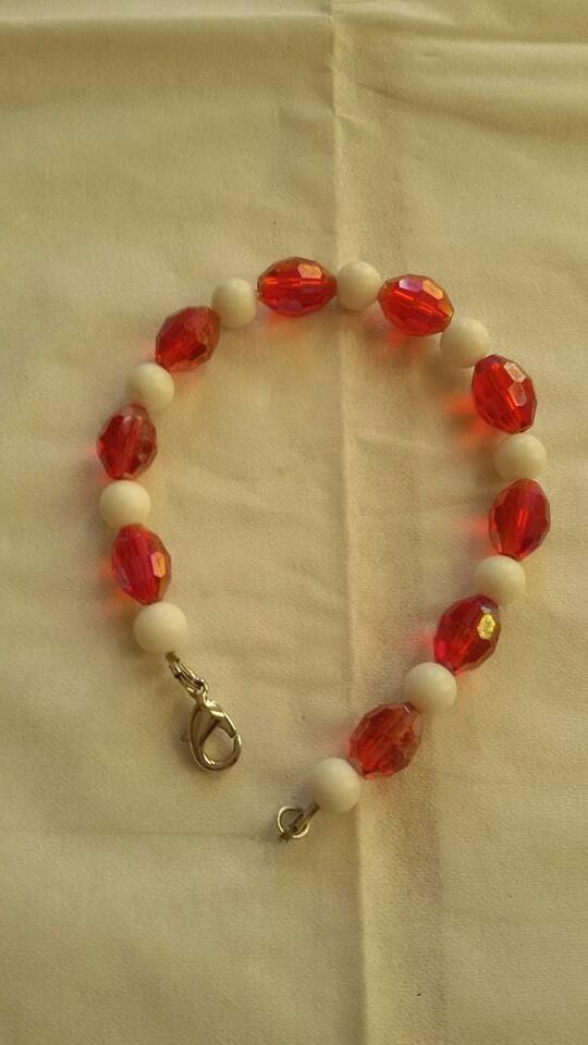 Bracelets with white calcite gemstones and red cristal type beads
