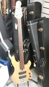 Basse électrique Fretless Yamaha BBN4F avec case rigide Fender