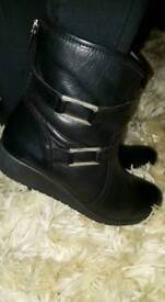 Moda in pelle black leather ankle boots