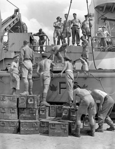 WW2 WWII Photo Canadian Commandos Loading Ammo  World War Two Canada / 1775