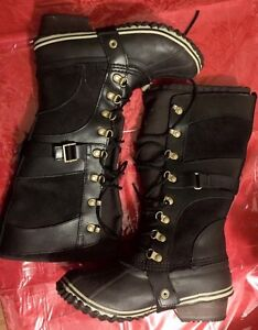 Sorel size 7 (WOMEN'S CONQUEST™ CARLY BOOT)