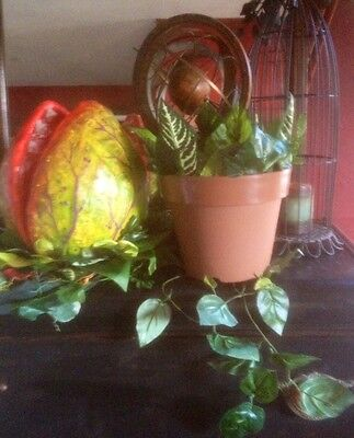 Little shop of horrors! Audrey Two Pod Two Hand Puppet And Pot! All In One!!