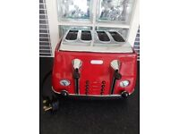 DeLonghi Icona Retro style 2 or 4 slice toaster in Red high gloss finish. Defrost function.