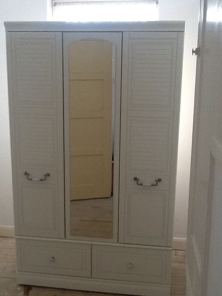 2 pieces of white bedroom furniture both in good conditionin South Ockendon, EssexGumtree - 2 pieces of white bedroom furniture, good condition, pick up only. £25 each or £40 for both