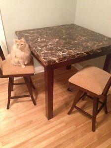 Table de cuisine style bar & deux chaises