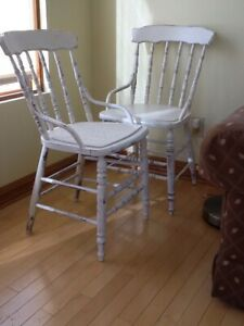 (  2   )  CHAISES  BLANCHES  ANTIQUES