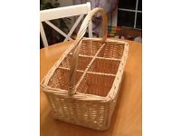 Wicker Drinks Carrier with Handle holds 6 bottles