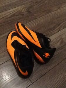 Futsal (indoor) soccer shoes // Nike hyperVenom's SIZE US 7