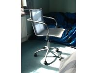 Swivel chair ideal for desk unit