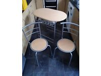 Kitchen table + 2 chairs // good condition