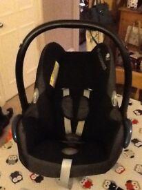 Maxi-Cosi CabrioFix car seat (Group 0+) and easyFix IsoFix base
