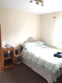 Large double room close to city centre no bills