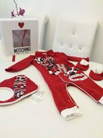 MOSCHINO BABY RED PRINT GIFT BOX 6-9 MONTHS