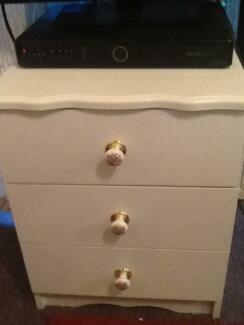 BEAUTIFUL WHITE BEDSIDE TABLE...NO DAMAGE...PRICE NEGOTIABLE! Hornsby Hornsby Area Preview