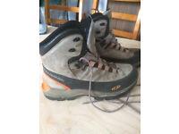 Salomon size 10 Mountain Hiking Boots - good order Goretex