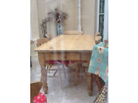 Lovely farmhouse solid pine dining table with 6 spindle back farmhouse chairs, vgc