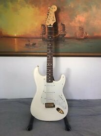 (like new!) 2014 Arctic White Mexican Mexico MiM Stratocaster with bag and stand