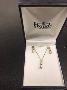 LADIES YELLOW GOLD DIAMOND EARRINGS AND PENDANT Cessnock Cessnock Area Preview