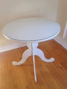 WHITE GLASS TOPPED CIRCULAR TABLE