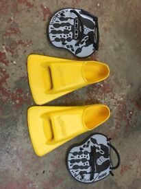Hand paddles and flippers Hand paddles