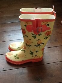 Avenue Wellies, size 5