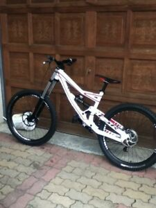 Velo de downhill (dh) specialized status 2