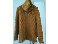 Pullover with necklace